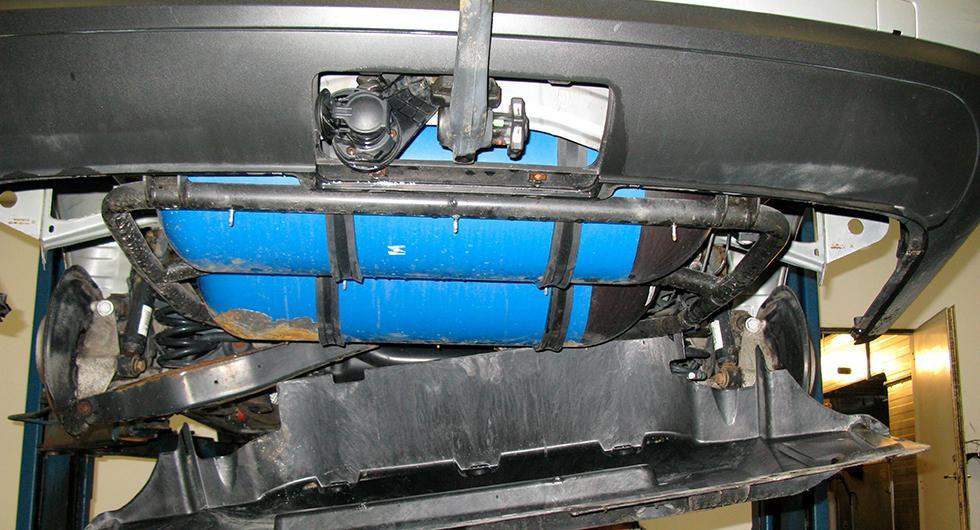 Frågeställaren har hört att man kan montera ett permanent stopp i gastankarna för att slippa besikta dem och undrar om det stämmer.