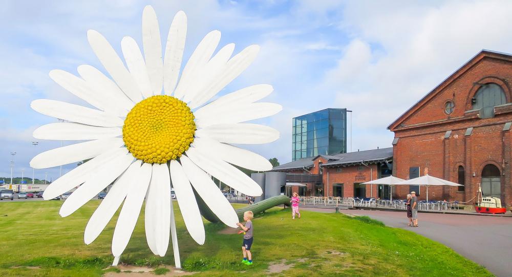 Tåliga konstinstallationer blir till lekplats utanför Forum Marinum i Åbo.