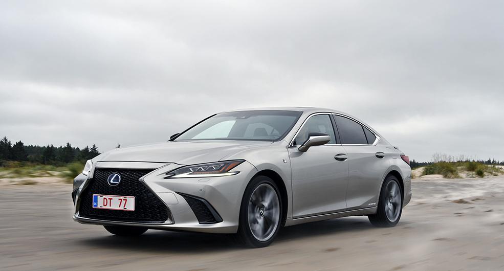 """Spindelgrill kallar Lexus den karaktärsstarka grillen på ES, här i F-Sportutförande. Färgen kallas """"Sonic Titanium"""". 19-tumshjul är standard."""