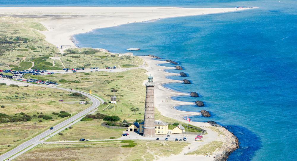 På udden Grenen ett par kilometer norr om Skagen möts Skagerak och Kattegatt och vågreflexerna bildar ibland spännande skuggor från två håll.