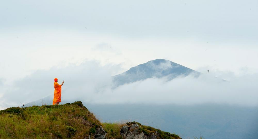 Många var intresserade av Atlanthavsvägen, bland annat en grupp buddistiska munkar.