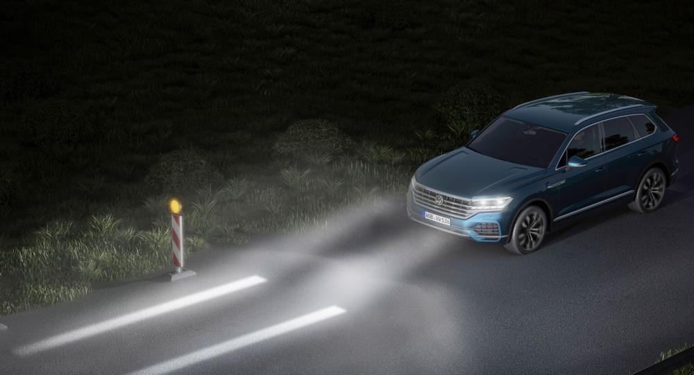 Nästa ljusgeneration får bättre upplösning. Föraren kan själv välja sin inställning på ljusbilden och optisk filhållningshjälp kan rita upp bilens – eller husvagnens – bredd när man passerar smala vägarbeten i mörkret.