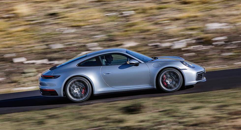 Porsche 911 kör bättre genom vattenpölarna
