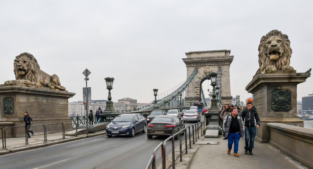 Kedjebron är den äldsta förbindelsen över Donau och en symbol för sammanslutningen av stadsdelarna.