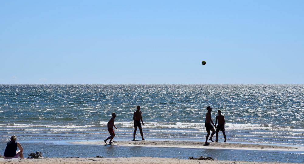 På Skrea strand trivs semesterfirare som söker sol, salta bad och aktiviteter i långgrunt vatten.