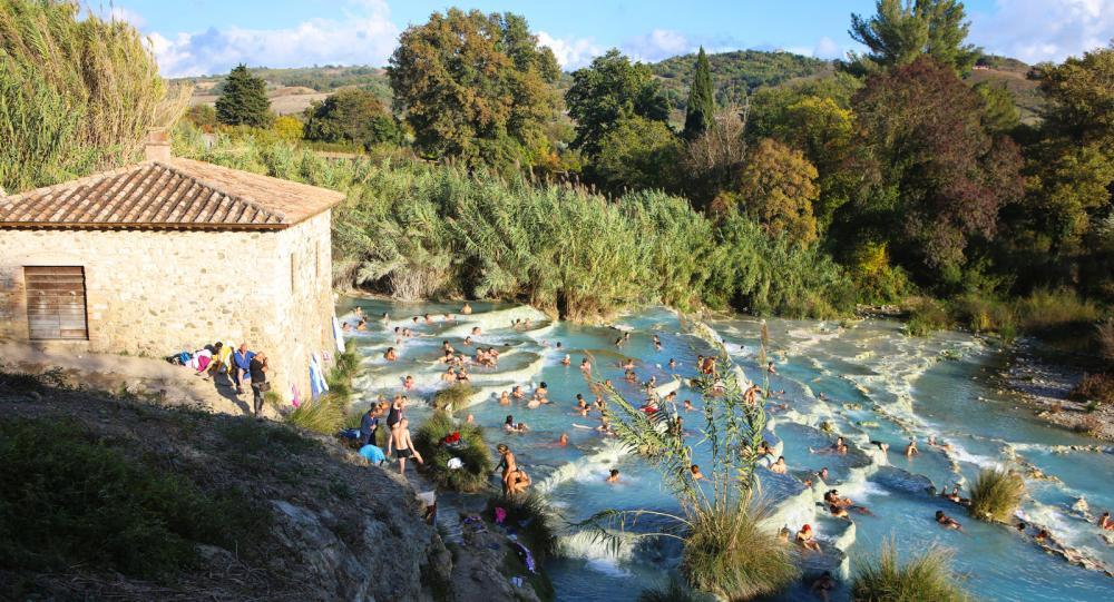 Cascate del Mulino ligger intill väg SP10, bara några minuter med bil från originalkällan inne på Terme di Saturnia. Här ställer man bilen intill vägrenen och tar sedan ett dopp i fria. Allt är gratis. Men ensam är man inte.