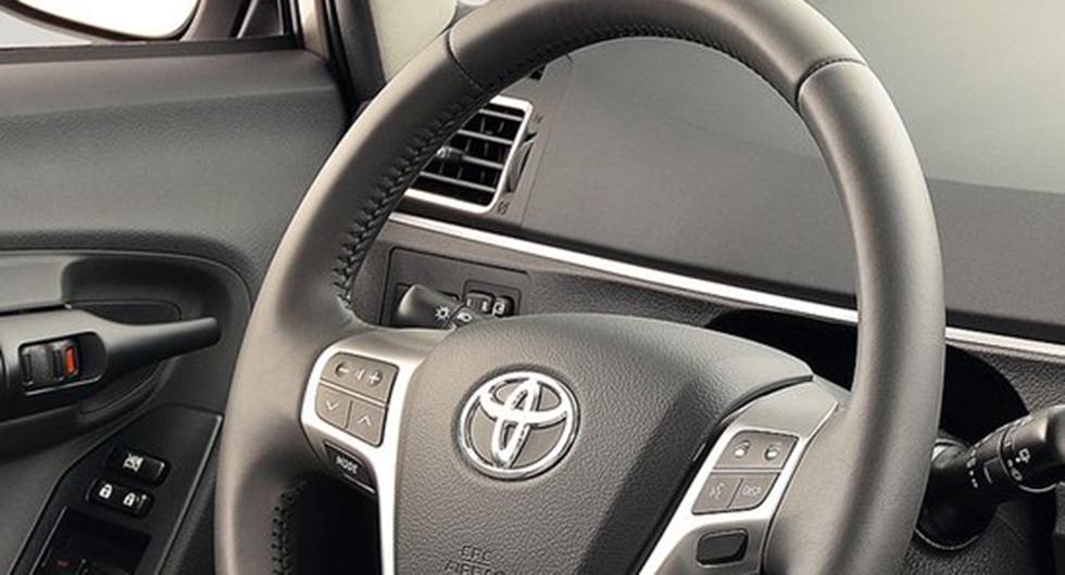 Frågeställaren äger en Toyota Verso och undrar om det är korrekt att man manuellt måste koppla på lyset när det är dags att köra med släp.