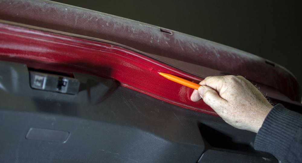 Bubblande lack, ett rostangrepp på bakluckans plåtskarv på Vi Bilägares Ford Mondeo.  (foto: Fredrik Diits Vikström).