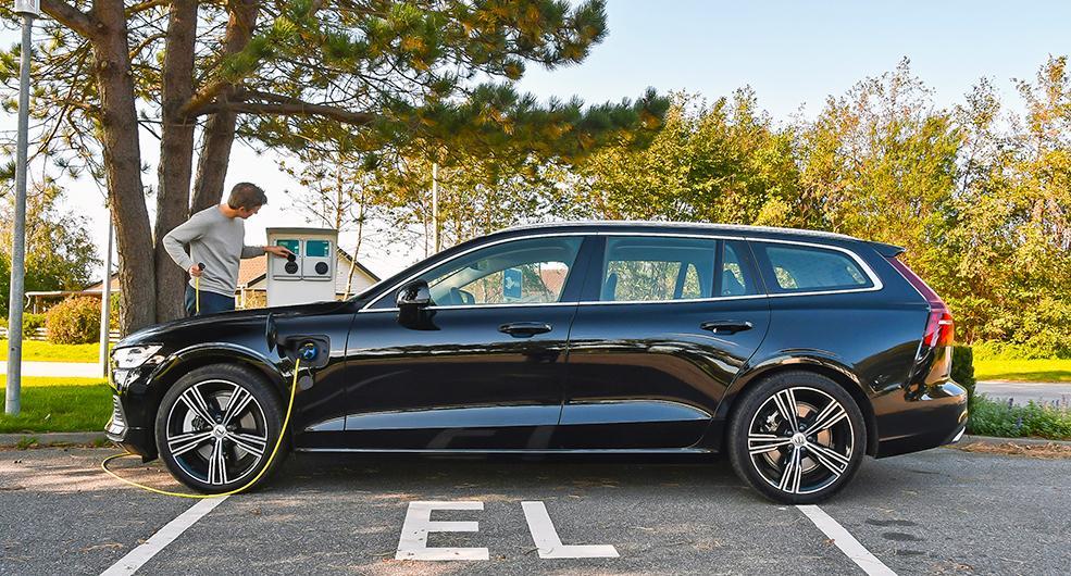 El och bensin är bränslena som gäller, inte diesel som i förra V60 laddhybrid. Kabel för vanliga vägguttag ingår men sladden med elbilskontakt (typ 2) i båda ändar kostar 2020 kr extra – snålt!