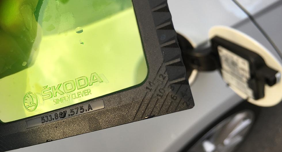 Isskrapan i tanklocket kan nu mäta däckens mönsterdjup. Uppskattat!