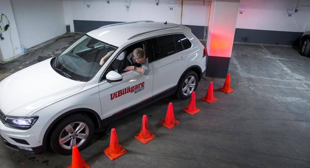 Backning snett in mot en pelare var ett av momenten i sensortestet. Konerna säkrar att alla bilar körs in i exakt rätt vinkel.