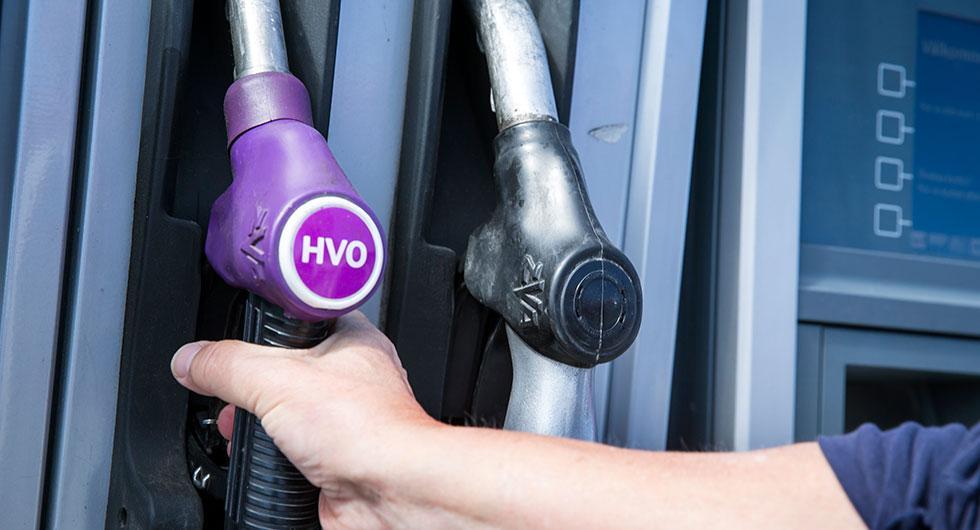 Frågeställaren undrar om det skulle vara tillåtet för en Euro-5-bil att köra i de föreslagna miljözonerna om den tankas med HVO.