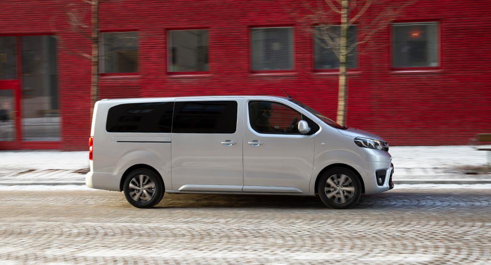 Proace Verso är identisk med Citroën Spacetourer, Peugeot Traveller och Opel Zafira. Utrustningskombinationer, pris och garantier skiljer. Citroën har 12 års rostskyddsgaranti, Toyota nöjer sig med 6 år.