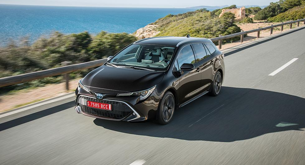 Nya Toyota Corolla är i dagsläget den enda i sin klass att erbjuda hybridteknik. Men snart kommer konkurrenterna med laddhybrider.