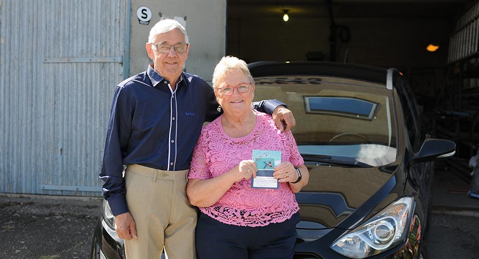 Eva Karlsson i Stora Levene vann ett resepresentkort på 10000 kronor. Här tillsammans med maken Bent Karlsson.