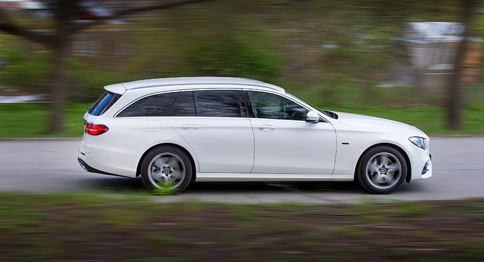 Mercedes-Benz långa och rymliga E-klass är en riktig laståsna, men i laddbart utförande för-svinner en av modellens främsta kvaliteter.