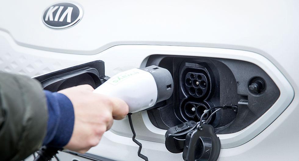 Fyra av tio svenskar kan tänka sig att köpa elbil