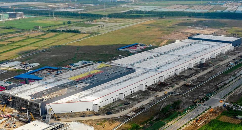 Tesla visar upp nya fabriken i Kina
