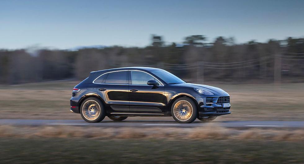 """Kvällsljuset spelar i karossformerna. De nya baklamporna förbinds av Porsches karaktäristiska """"ljusband""""."""