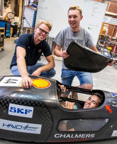 Effektiva bilbyggare. Eric Olsson, Herman Wäpling och Alexander Andersson (på förarplats) vet hur man hushållar med bränslet.