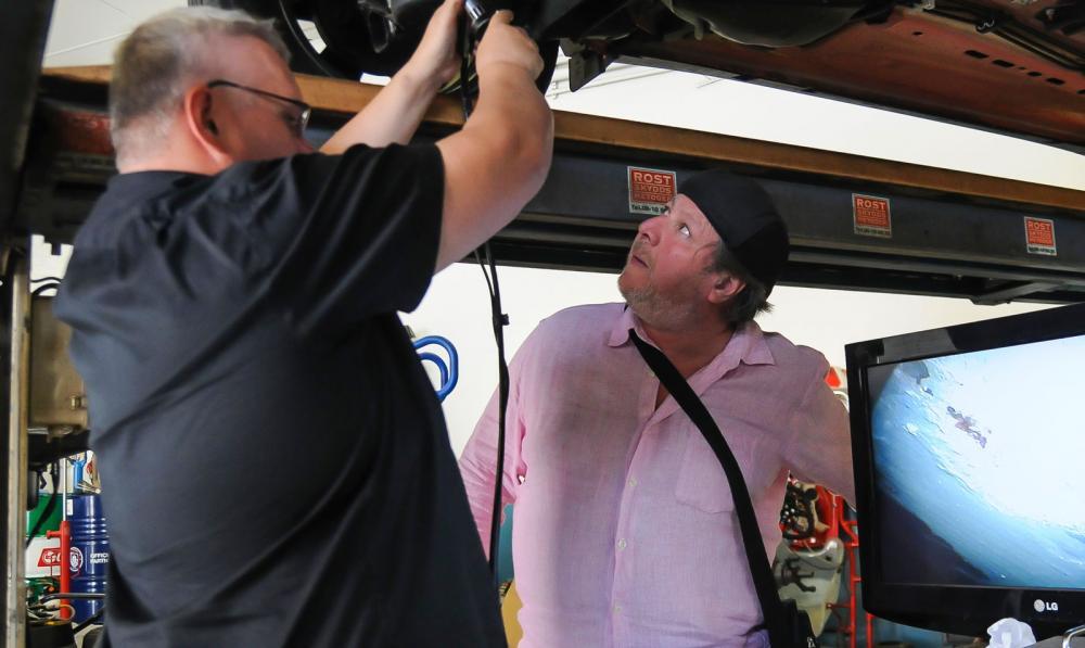 Thomas Widström på Rostskyddsmetoder och bilägaren Washington Morales inspekterar rostangreppen på den nya Forden.