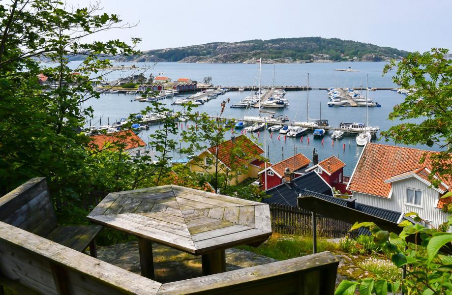 Vid leden upp på Vetteberget finns sittplatser med utsikt över Fjällbacka och havet.
