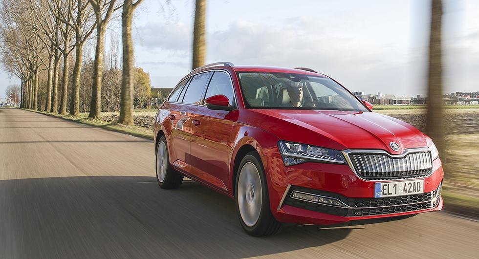 Skoda Superb får äntligen ta del av VW-koncernens hybridteknik. Drivlinan i nya Suberb iV är identisk med uppdaterade Passat GTE.