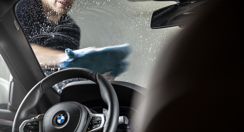 Ett bra fönsterputsmedel ska dels lösa upp smutsen men också låta sig torkas bort utan att lämna några spår.