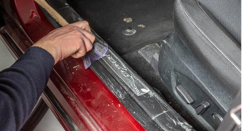 Städa och tvätta bilens interiör – så gör du steg för steg