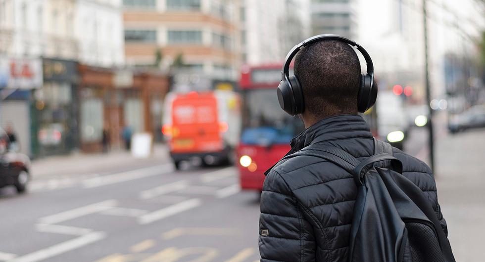 Få svenskar vill ha förbud mot hörlurar i trafiken