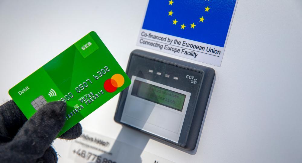 Betalning med kort direkt på laddaren har hittills varit ovanligt men testas nu av Eon.