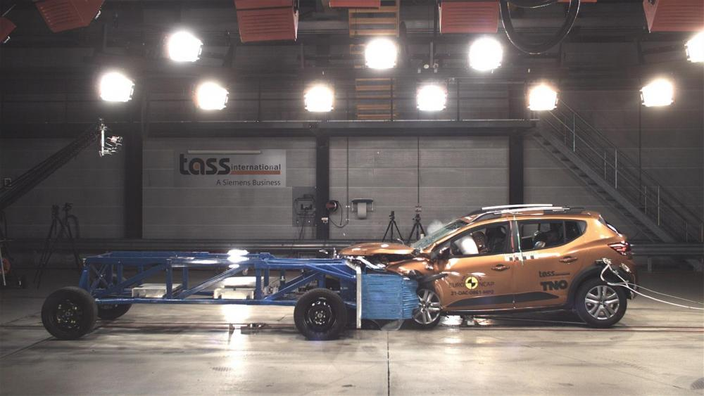 """När det väl smäller räknas Dacias säkerhet som """"respektabel"""". Budgetmärket faller på mindre avancerad aktiv säkerhet. Foto: Euro NCAP"""
