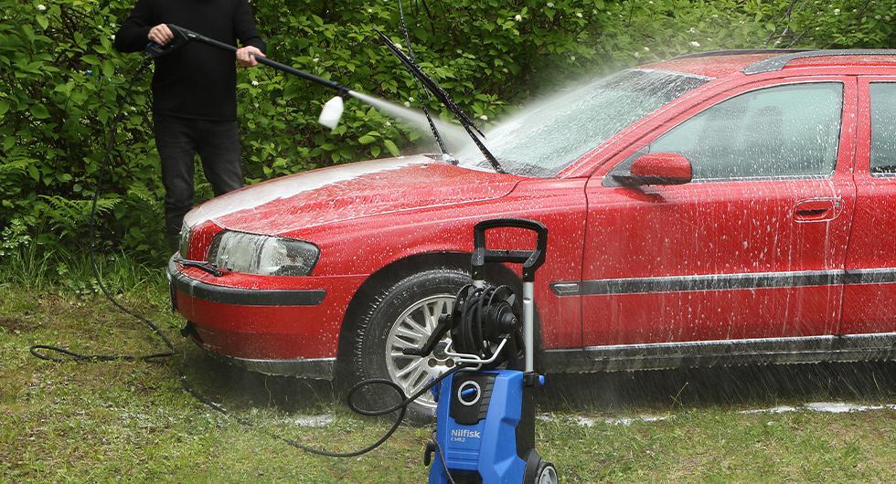 Allt fler tvättar bilen på gatan – trots att det kan vara olagligt