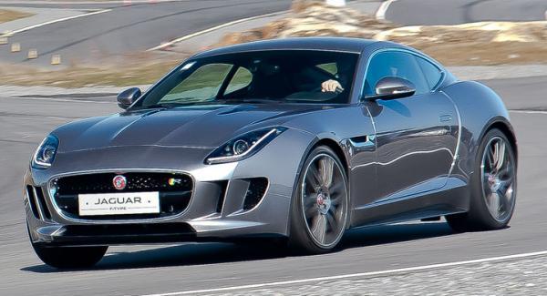 Jaguar F-Type R tar greppet direkt! Provbilen var så ny att den inte hunnit registreras, men alla övningarna skedde på avlyst bana.