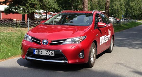 Toyota Auris Touring Sports är först i klassen som hybrid. Systemet kan spara bränsle för den som tänker förbrukning.