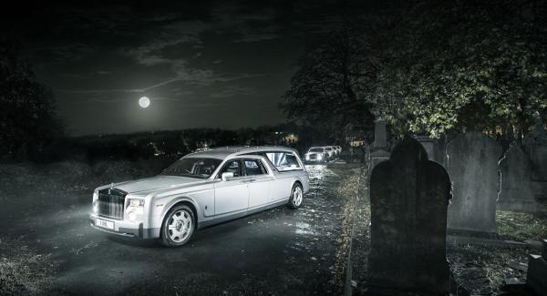 Den lyxiga likbilen baseras på Rolls Royce Phantom och uppskattas kosta cirka 7 miljoner kronor.