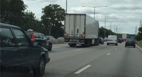 Den här tradaren, utlandsregistrerad, råkade vi få syn på söder om Stockholm, på E4an när han mer eller skrämde undan andra bilar genom att köra mycket nära. Och denna chaufför körde inte i lagstadgad hastighet, utan gissningsvis 20-30 km/tim fortare.
