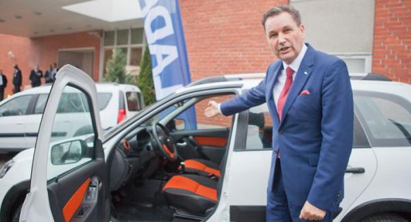 Toppchefen Bo Andersson visar Kalina.