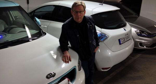 Tre elbilar och en skeptisk motorjournalist på samma bild. Kia Soul, Renault Zoe, VW Golf och bloggförfattare Schultz.