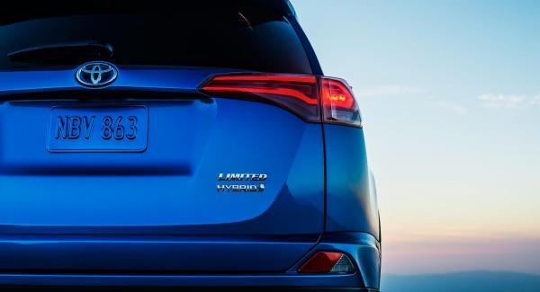 Toyota RAV4 får första hybridversionen som 21-åring.