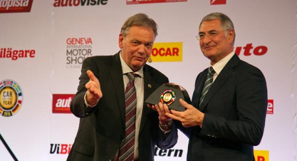 Jurypresidenten Håkan Matson räcker över Årets Bil-trofén till Hans-Jakob Neusser, utvecklingschef på Volkswagen.