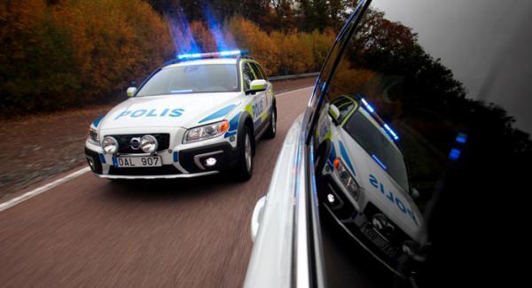 En polisbil på jakt efter fortkörare? Nej, inte riktigt. Vi är på Volvos testbana för att prova XC70 polis.