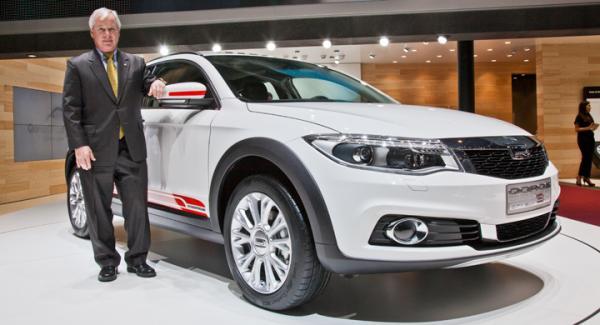 Tjugotalet svenskar har varit med och utvecklat nya Qoros 3 City SUV, här flankerad av chefen Phil Murtaugh.