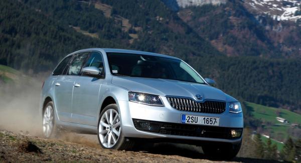 Nya bilar ljudisoleras ofta med fuktsamlande filt- eller skumgummiliknande material.