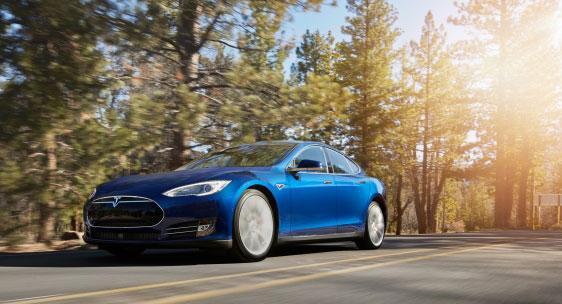 Tesla Model S 70D är fyrhjulsdriven och kommer drygt 40 mil på fulladdat batteri.