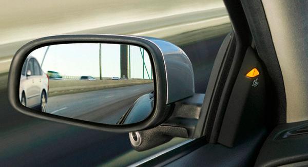 Systemet BLIS varnar när ett fordon befinner sig i döda vinkeln.