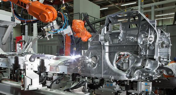 Ett aluminiumchassi svetsas samman i BMW-fabriken i Bayern.