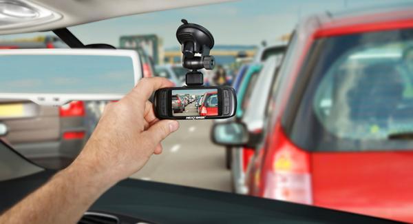 En dashcam filmar trafiken och kan placeras på instrumentpanelen eller i vindrutan.