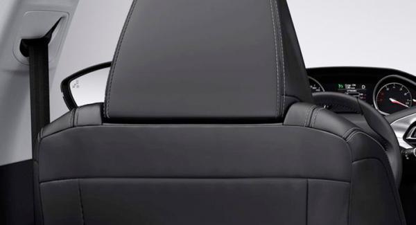Frågeställaren har svårt att hitta bra körställning i nya Peugeot 308, när bältet inte kan höjdjusteras.