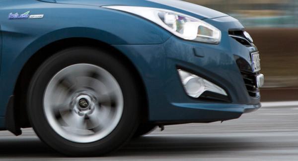 Vissa väntar på tomten – Vi Bilägares Hyundai i40 väntar på nya hjullager.